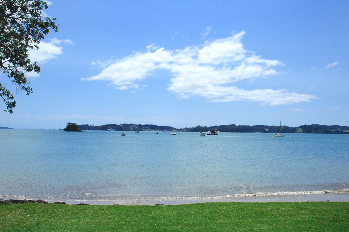 Holiday House Rental Paihia. Waterfront holiday home accommodation just across the road from the beach, 200 metre flat walk to Paihia & the wharf